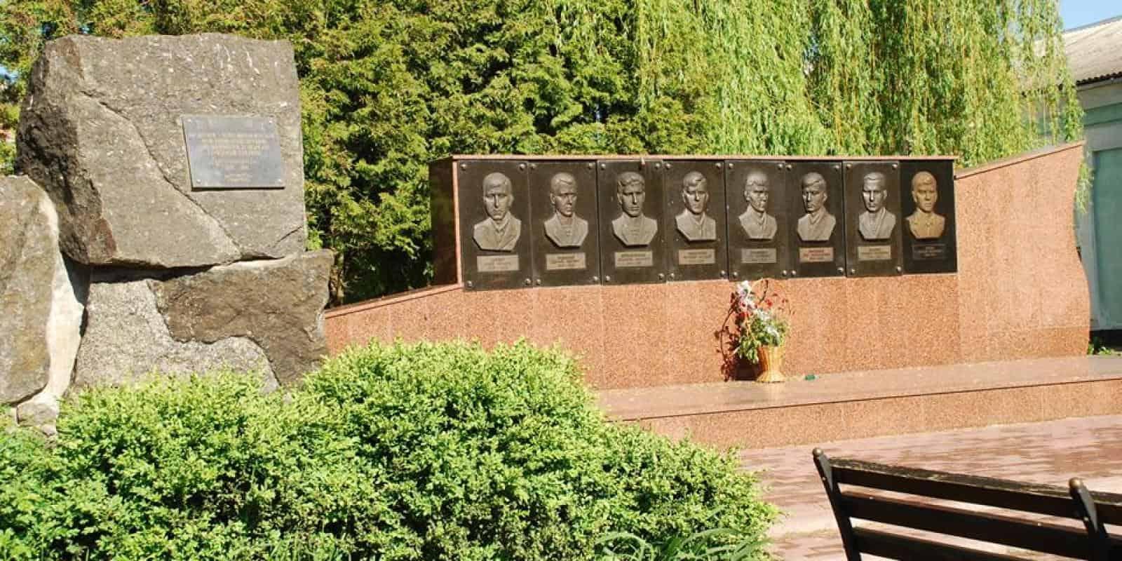 Пам'ятник воїнам-афганцям - ДваМіста Інформаційно-розважальний портал Волочиська, Підволочиська