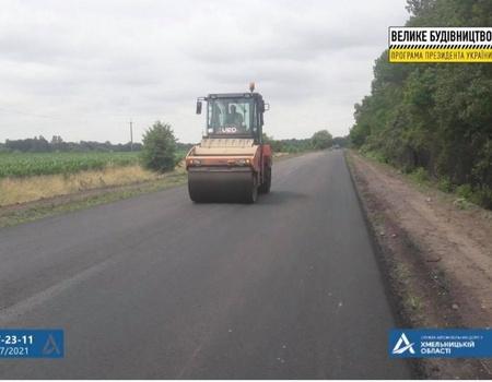 На автодорозі Хмельницький – Волочиськ завершили влаштування верхнього шару покриття